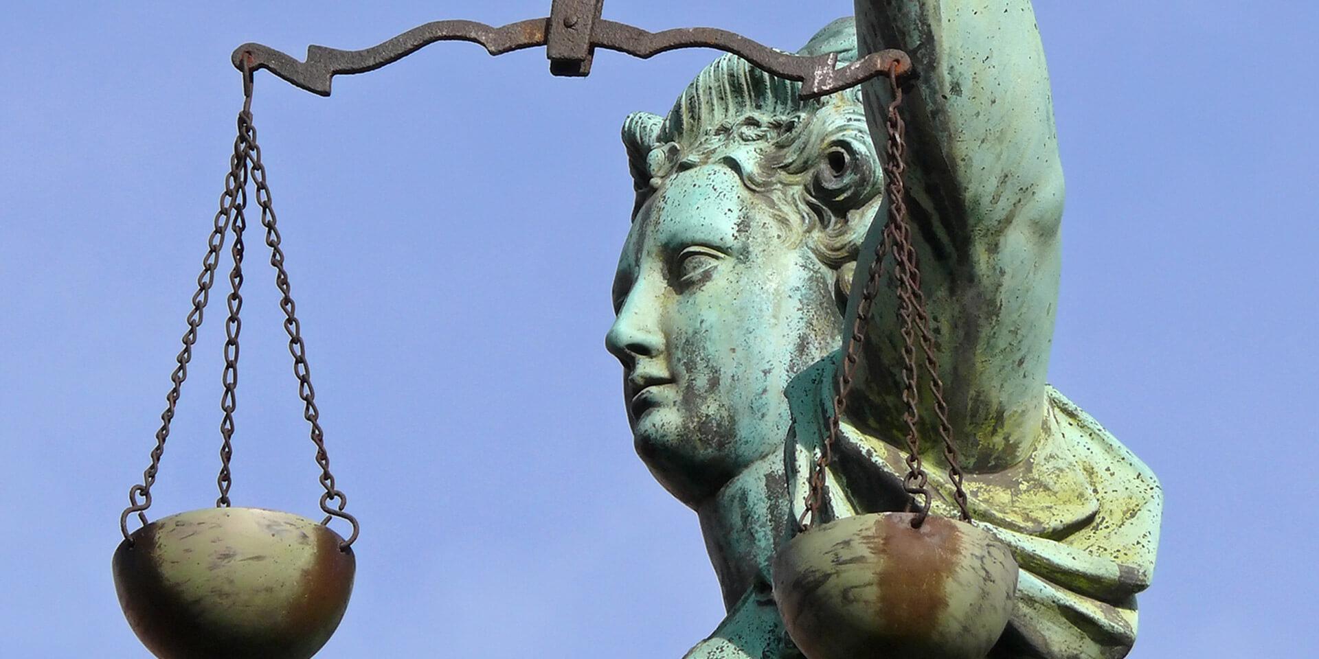 Steinstatue der Göttin Justitia