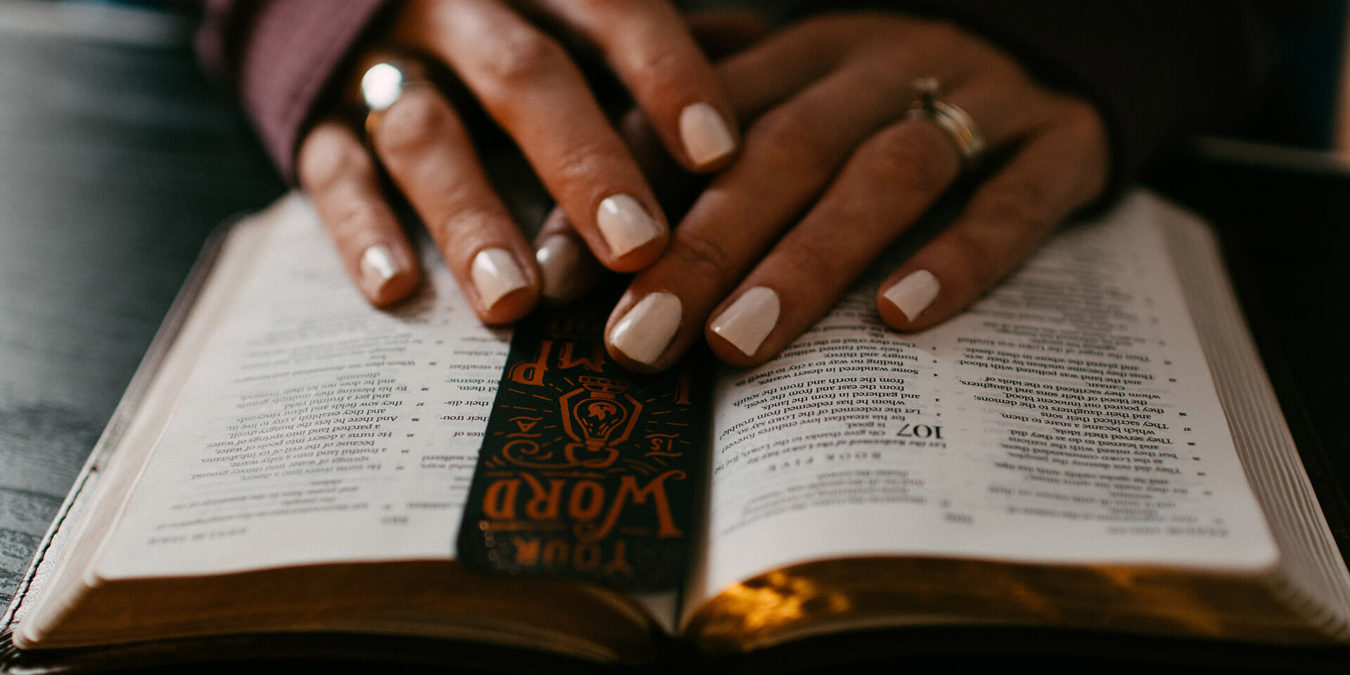 weibliche Hand auf dem Buch der Psalmen